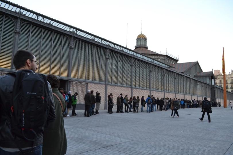 A fila formada no Centro Cultural do Mercado El Born para ver o intelectual midiático